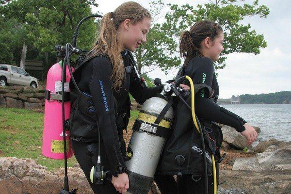 Scuba Diving | Buddy lift: Photo by Lynn Laymon