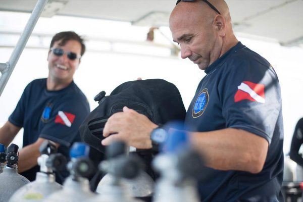 FORCE BLUE scuba divers gearing up